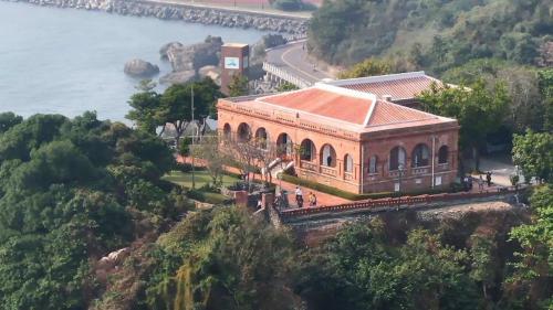 高雄港:英國領事官邸(1879年)打狗英國領事館官邸在哨船頭山丘,是獨立的紅磚木構迴廊建物,官方1900年改建為拱型迴廊