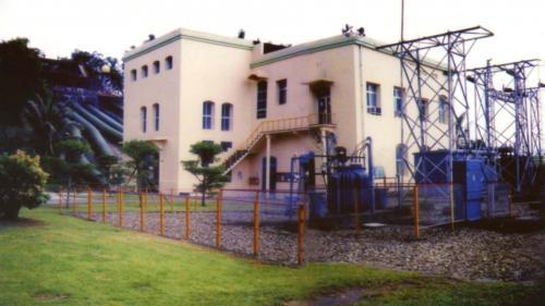 興建於1911年,是日治時期高雄港建港時主要的電力供應來源之一,二次大戰後台電接收改名為土壟灣發電廠,1994年新機組正式並聯發電,屬低落差川流式電廠。