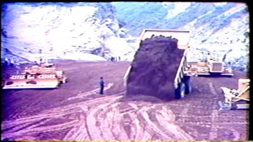 榮工處承辦之曾文水庫擋水壩施工當時新型的35噸傾卸車作業中