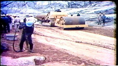 擋水壩實際上是大壩的一部份,高度是60公尺,體積137萬餘立方尺,分為不透水黏土的壩心,半透水砂石料的壩體,和大卵石的外殼三區,運用大量的重型機械與傾卸車、滾壓機、灑水車,分層填料然後壓實。