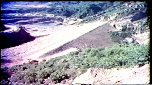 擋水壩的填土從民國58年10月25日開始, 民國59年5月20日完工(比預定日期提早10天)
