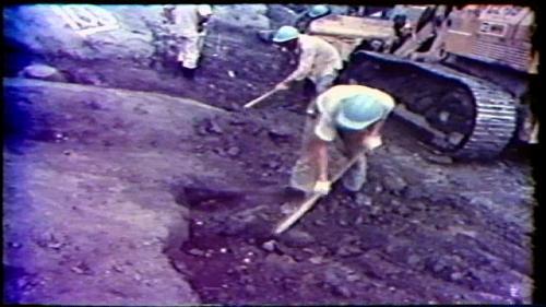 曾文水庫大壩是典型的中央不透水心牆分層滾壓土石壩,工程首先要做壩基清理,使得新的填土和舊有的地基接觸緊密良好。