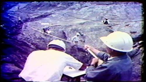 在曾文水庫大壩的中心,從頂部到地基有兩道深達70公尺的遮幕灌漿帶,它們的功效是使得水庫中的存水不至於外漏。