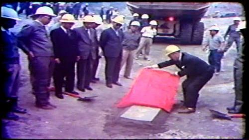 大壩基礎處理工作全部完成後,施工人員為大壩奠基,之後接續展開大壩的填土工作。