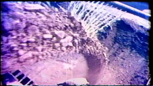榮工處設立了二座壩檯處理場,把壩址的上游河階地上的土石及溢洪道的開挖土石方等,按照設計的規定輾碎分篩,按粒料的大小分堆存放,調和需要的含水量之後運至大壩工地填築。