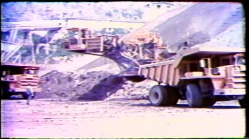 填築曾文大壩龐大土石方,以每部傾卸車裝載量平均15方計算,約要60餘萬車次,從59年10月奠基算起至62年封頂,平均每天約要完成1000車次(1萬5千方的土方)的運載量。