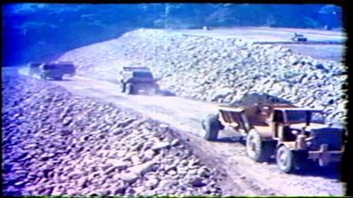 榮工處承建曾文水庫大壩填築之載運土方作業。
