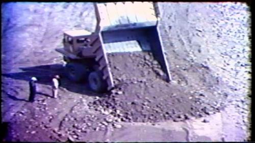 榮工處承建曾文水庫之大壩填築犁土堆平