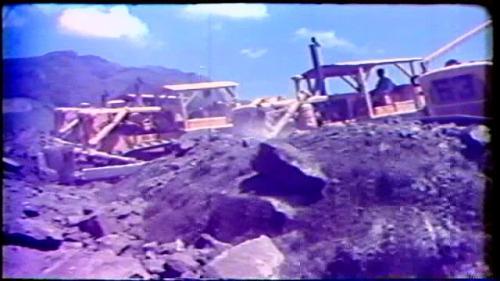曾文大壩填築進入尾聲,開始回填作為運送填材的施工通路,使大壩的坡面平順。