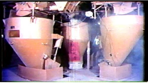碎石場生產的砂石經過輸送帶直接運到預拌廠,經過拌和製成混凝土再用攪拌車運到施工地點,以供興建溢洪道及地下電廠所需之大量的混凝土,每個步驟都是自動化。