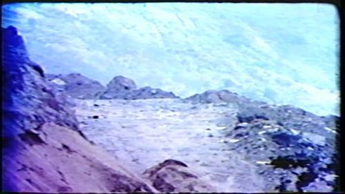 溢洪道共計開挖土石方620餘萬立方公尺,採用分階開挖施工,和大壩工程齊頭併進,開挖的目的是使得邊坡穩定不會發生塌方。