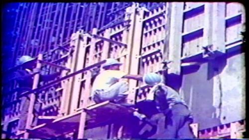 曾文水庫溢洪道結構混凝土,全部利用起重機吊放鋼模組立、拼裝,省卻了不堪想像的搭架工作。