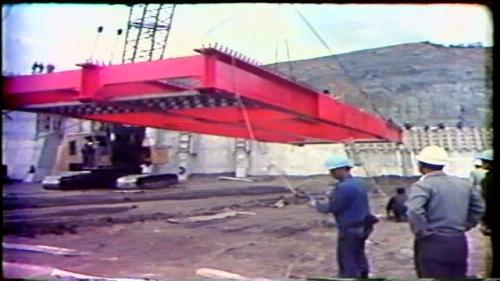 溢洪道閘門的頂部,架設有一座鋼骨架線的橋樑跨越溢洪堰,可以通達各處。