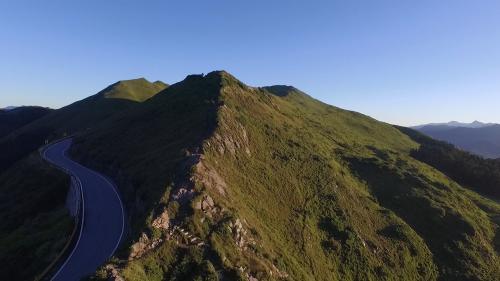 濁水溪發源於合歡山主峰與東峰之間海拔標高3275公尺的佐久間鞍部(武嶺),長186.6公里是台灣最長的溪流。