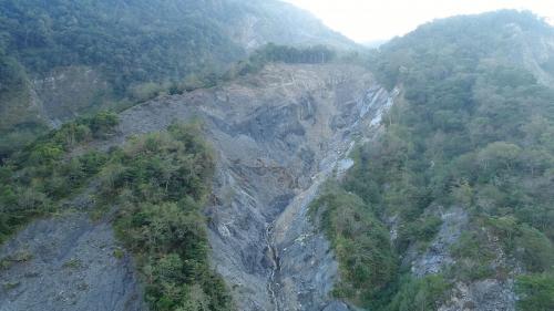 濁水溪的流域面積廣達3156.9平方公里,由於上游地質多屬岩性脆弱之黑色頁岩及黏板岩使溪水泥砂含量甚高並終年混濁。