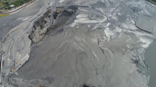 濁水溪的流域面積廣達3156.9平方公里,由於上游地質多屬岩性脆弱之黑色頁岩及黏板岩,使溪水泥砂含量甚高並終年混濁,且水量豐枯甚為懸殊。