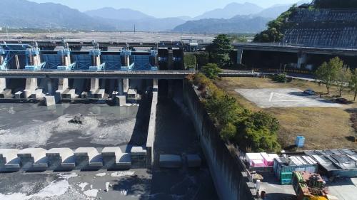 集集攔河堰堰堤南端的魚道是濁水溪上的第一座魚道。