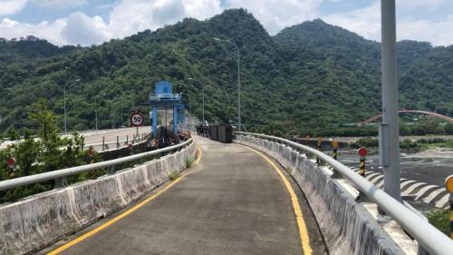 濁水溪集集攔河堰上的操作橋