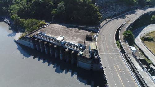 集集攔河堰1991年10月開工(北岸聯絡渠先動工),2001年12月完工試運轉。南岸取水口計畫取水量為每秒90立方公尺。