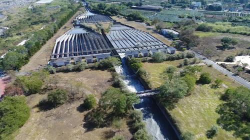 南岸沉砂池位於攔河堰下游約1公里之竹山鎮富州里富州堤防邊河川新生地上,採三座並聯方式設計,以因應70秒立方公尺的龐大通水量。