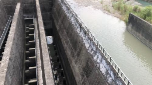 排砂道左側設有魚道1座,以供魚蝦等水中生物上溯之需,寬2公尺,上游出口設有閘門1座。