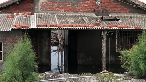 集集攔河堰南岸聯絡渠供水之最後一站,雲林縣麥寮鄉台塑六輕廠附近地層下陷後廢棄之舊屋。
