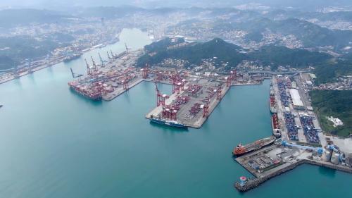 台北港興建之前北台灣的兩大對外港口之一的基隆港俯瞰