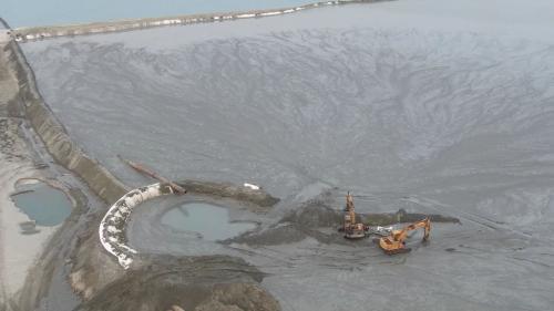 台北港以挖掘航道產生的砂石做為填海造地建港的建材。