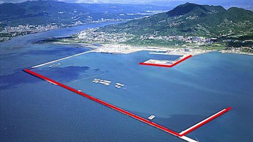 台北港第二期工程第一個五年計畫興建總長3810公尺防坡堤 (2004年影像)