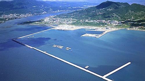 防波堤的興建是用沉箱延續第一期的防波堤工程向外海延伸