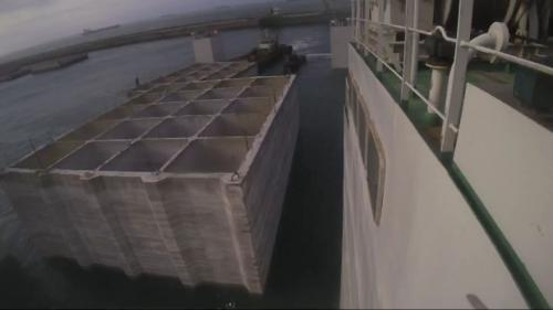 台北港第二期工程第一個5年計畫,興建延伸北碼頭區防坡堤工程用之沉箱製作完成後沉入海中(再由拖船拖去其他地方暫存)