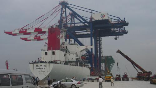 台北港2008年4月8日橋式機運抵港
