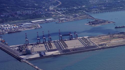 台北港第一貨櫃儲運中心碼頭完成7座橋式起重機安裝(2008年10月)