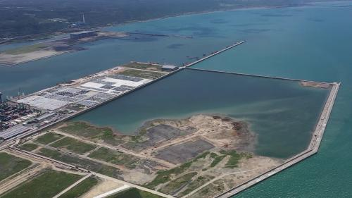台北港「離岸物流倉儲區填海造地企劃第二期」完成圍地海堤時之景象