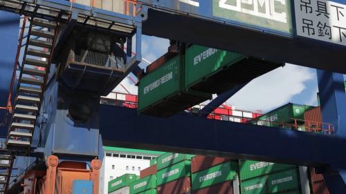 台北港起重機貨櫃吊載作業