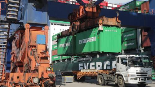 台北港起重機及貨櫃車貨櫃吊載作業