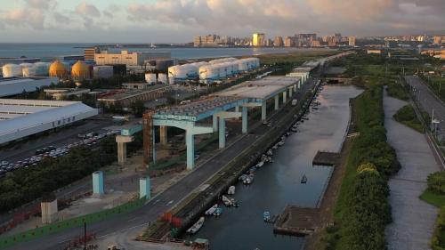 台北港旁興建中的淡江大橋