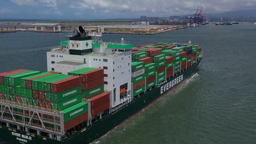 台北港航行的貨櫃輪