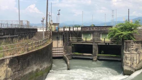 左為枋寮導水路進水口,右為清水溪水源進水口