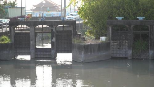 於民國52 年(1963 年)3 月竣工沉砂池前設有為舒緩流速、以利沉砂的治水分流門。