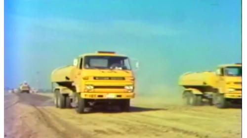 榮工處以灑水車來輔助建造中山南北高速公路