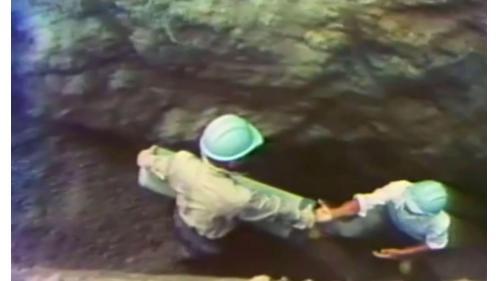 榮工弟兄在中山南北高速公路上埋透水管