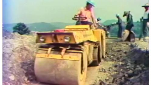 榮工弟兄建造中山南北高速公路工程以機械壓實地面