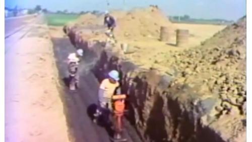 榮工弟兄以小型壓石機夯實中山南北高速公路工程