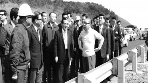 蔣經國先生視察榮工處承辦之中山南北高速公路工程