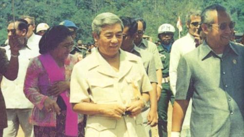 印尼蘇哈托總理與榮工處嚴孝章處長主持蘇島縱貫公路通車典禮