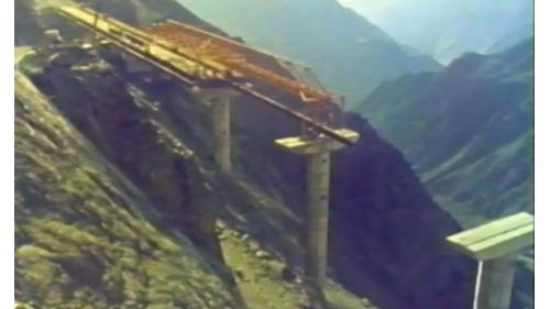 榮工處承接的海外公路工程在崇山峻嶺中施工中的沙烏地夏爾公路