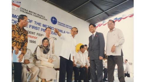 1996年榮工處曾元一處長、蘇哈托總統大女兒Tutu、菲律賓前總統羅慕斯共同合作承建馬尼拉高架收費道路(BOT)