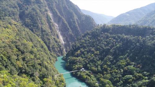 主流長度共140公里,流域面積達1235.73平方公里,自環山下深切山脈形成峽谷從達見到石岡不到60公里的流程,高低差竟達1200公尺,這非常利於水力發電計畫的執行。
