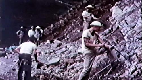 1956年一萬多名榮民員工沿大甲溪畔興建中部橫貫公路